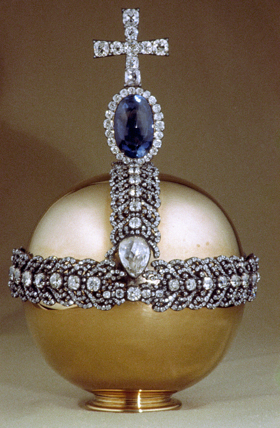Ruska imperatorska deržava koju je 1762. napravio draguljar Ekart, a 1984. su je restaurirali Ivanov i Aleksahin. Crveno zlato. Križ od brilijanata stoji na Cejlonskom safiru. Dijamantni fond, Moskovski kremlj.