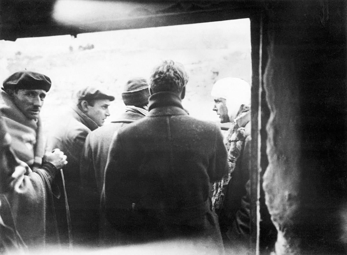 Филби (второй слева) в Испании во время гражданской войны