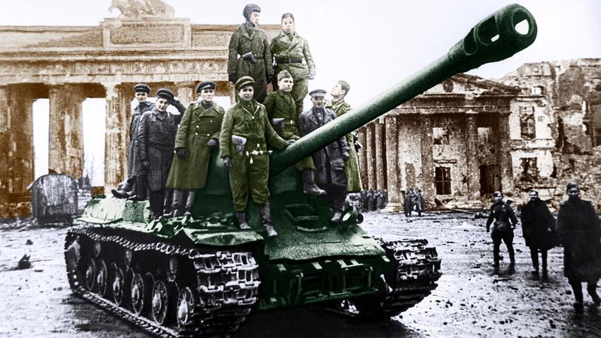 Војници на Црвената армија на тенк ИС-2 пред Бранденбуршката порта по падот на Берлин во рацете на советските единици, Германија.