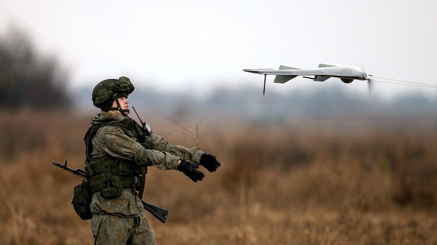 """Войник пуска дрон по време на съвместните руско-сръбски военни учения """"Славянското братство"""" в гр. Ковин, близо до Белград, 7 ноември 2016 г."""