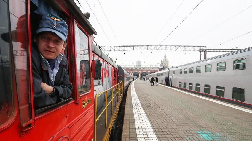 Kazanska železniška postaja v Moskvi, desno vlak Tavrija, ki bo peljal v Simferopol na polotoku Krim