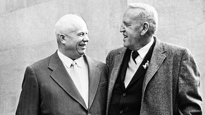 Първият секретар на ЦК на КПСС Никита Хрушчов (1894-1971), вляво, и американският фермер Розуел Гарст, вдясно