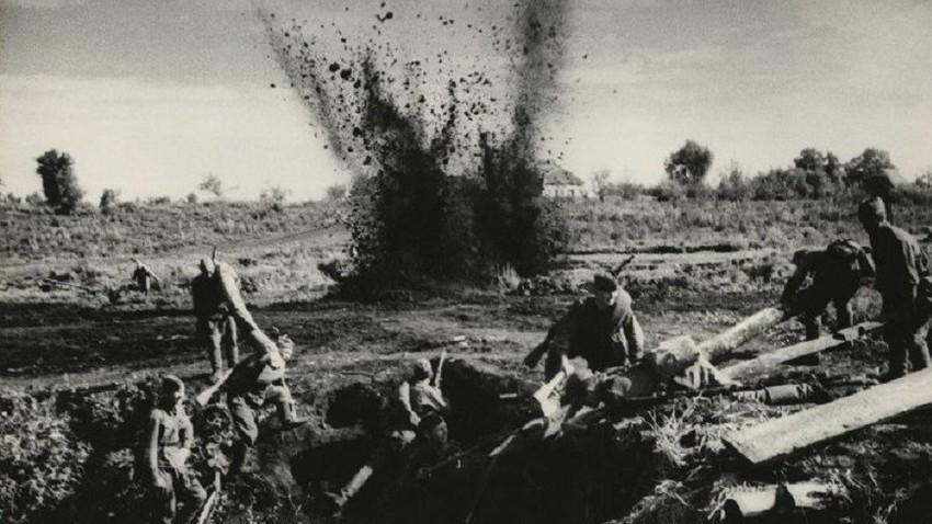 12. јула 1941. у граду Красније Струги у Псковској области уз помоћ радио сигнала активиране су три мине од по 250кг, на растојању од 150км. То је био први случај борбене употребе даљински активираних мина радио сигналом.