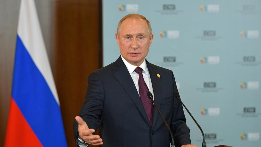 Руски председник Владимир Путин на конференцији за новинаре после самита БРИКС-а у Бразилу.