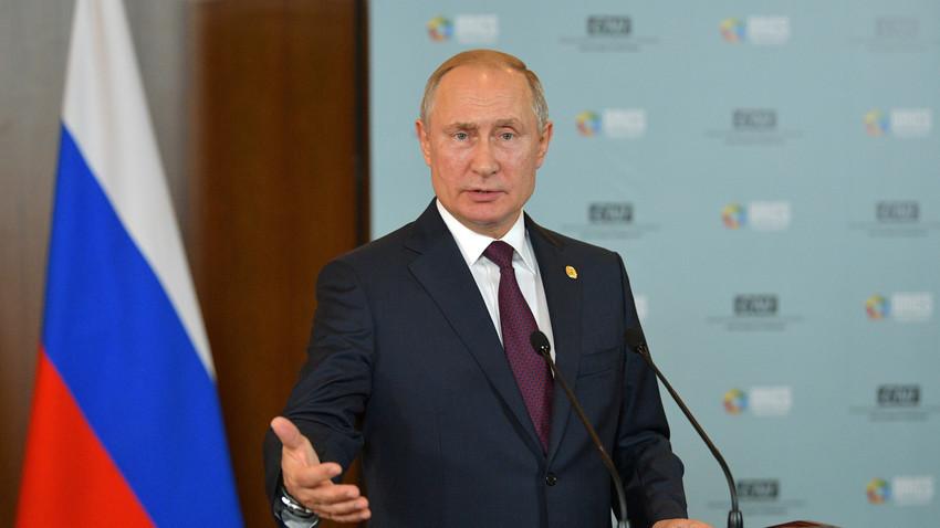Рускиот претседател Владимир Путин на прес-конференција по самитот на БРИКС во Бразил.