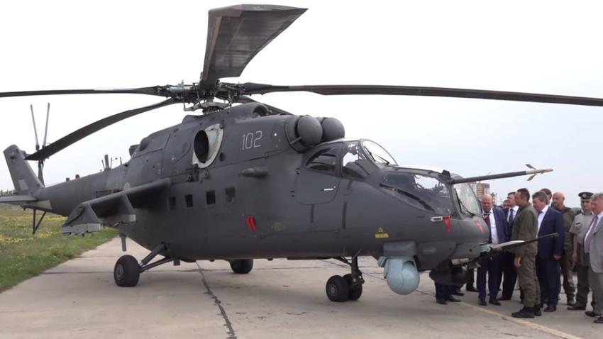 Делегација Министарства одбране на челу са министром Александром Вулином разгледа нове хеликоптере Ми-35М