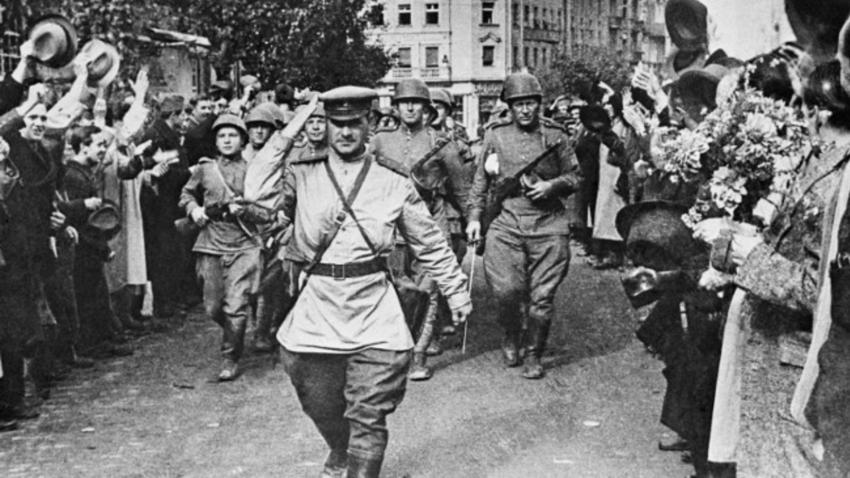 Грађани Београда 25. октобра 1944. поздрављају совјетске војнике ослободиоце.