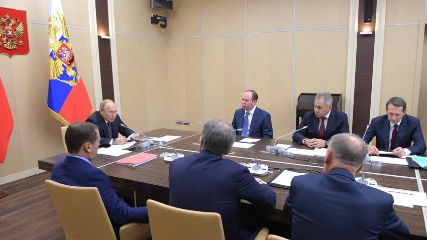 Путин на седници са члановима Савета безбедности РФ.