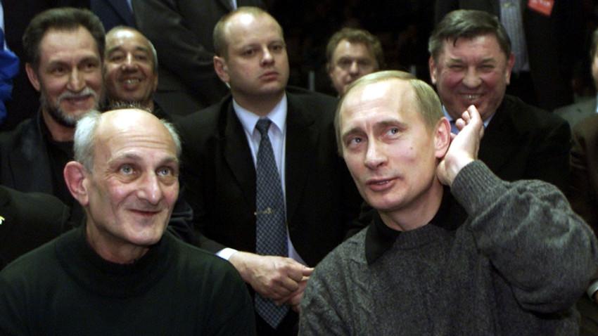 Владимир Путин са својим тренером Анатолијем Рахлином, 9. децембар 2000. Магнитогорск