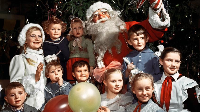 Papai de Gelo e a Menina da Neve em uma festa de Ano Novo para crianças em um centro cultural de Moscou, 1960.