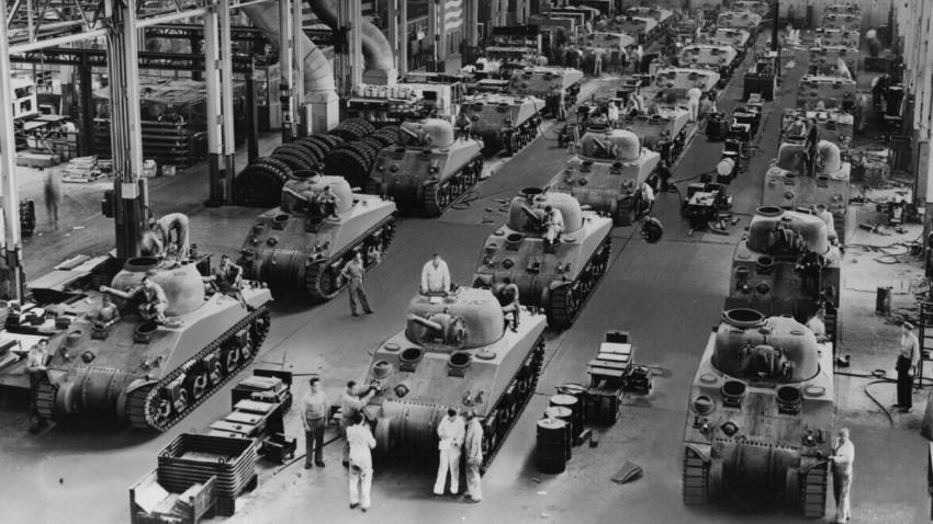 Производство на тенковите M4A4 Sherman во фабрика во Детроит