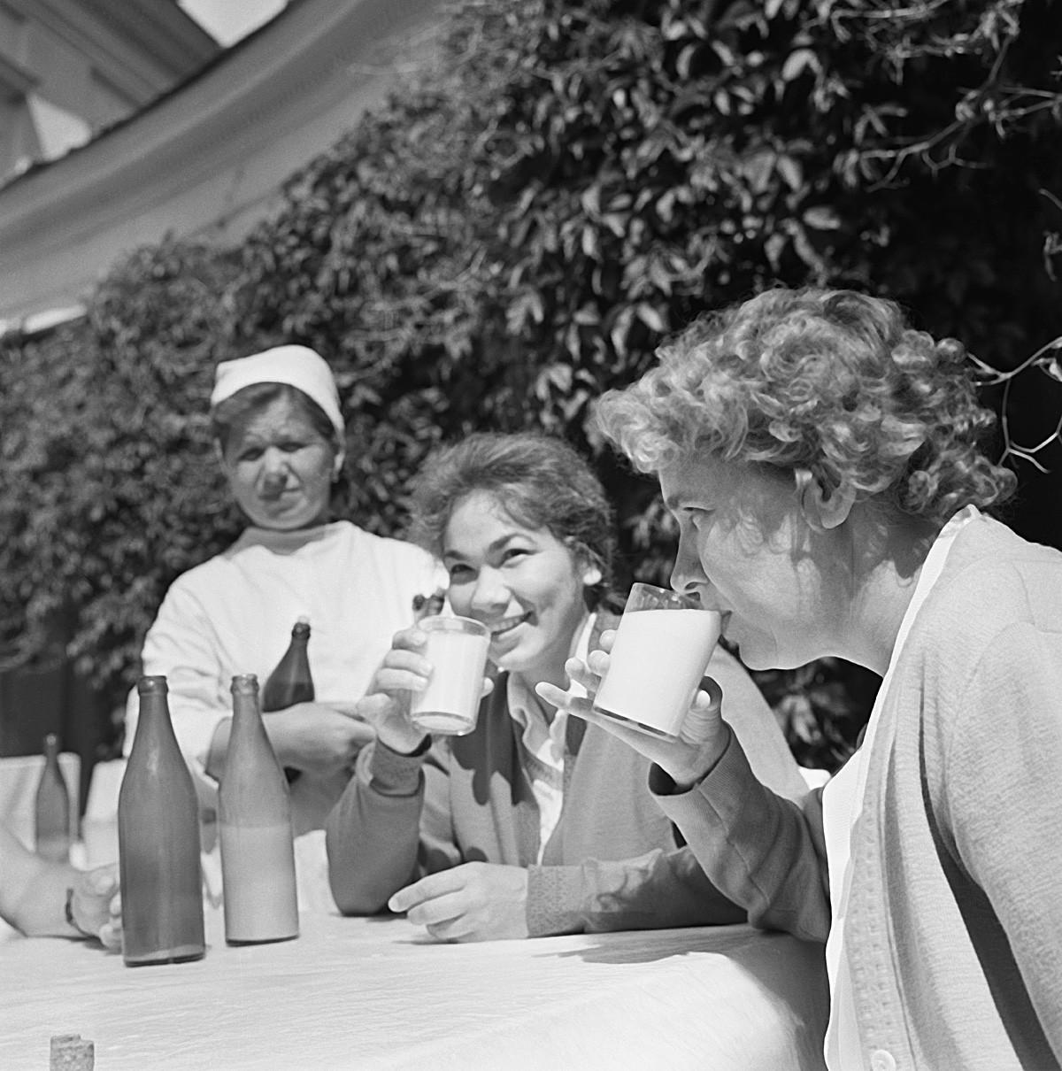Московска област. СССР. Юни 1964 г. Пациентите на профилактичен туберкулозен център пият кумис по време на лечебна процедура. Точният ден на фотографията не е известен.