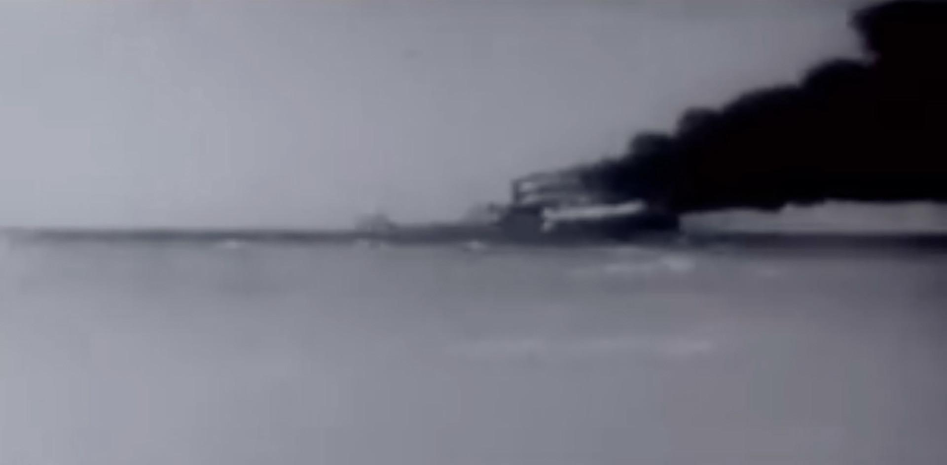 "O navio da classe Liberty ""Houston"" sendo afundado"