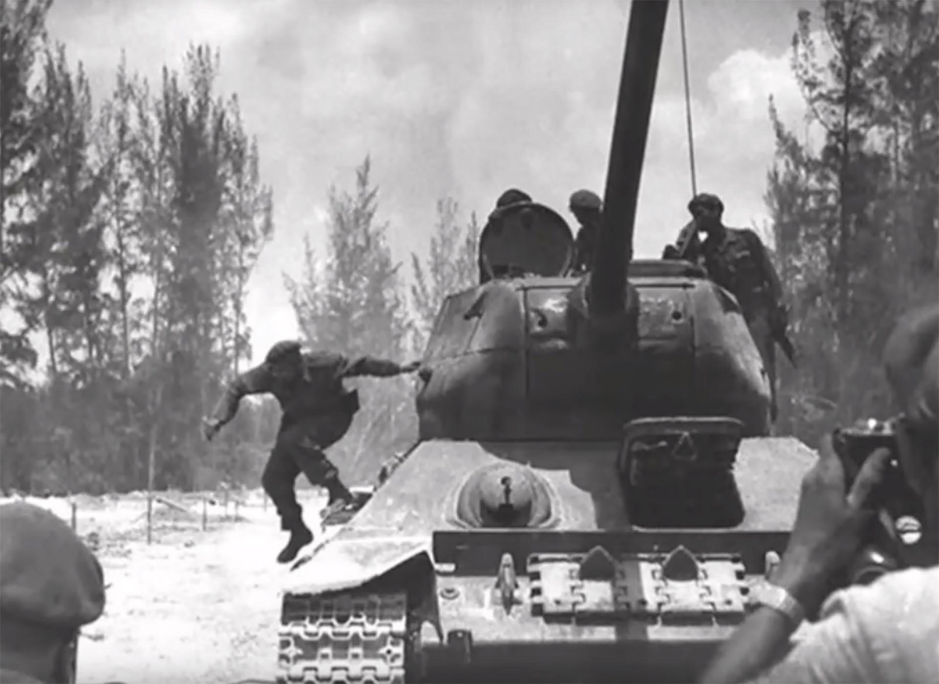 Fidel Castro descendo de um tanque T-34
