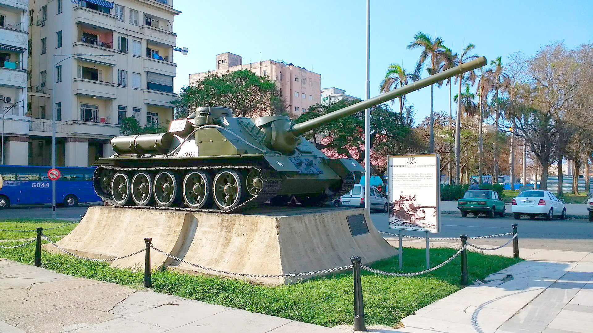 """Su-100 usado por Castro para bombardear o """"Houston"""", exposto em Havana"""