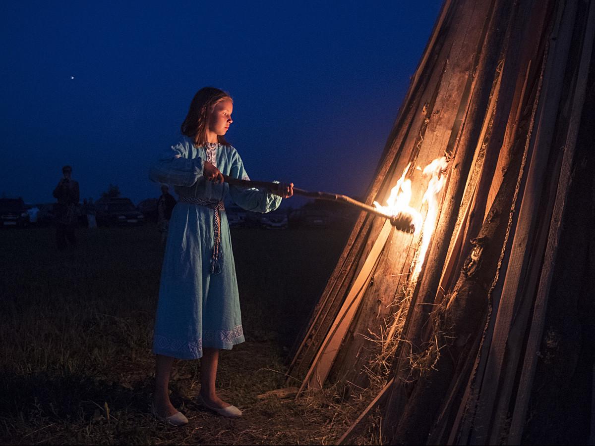 Udeleženka praznovanja Ivana Kupala v skupnosti rodnoverov Zveze slovanskih skupnosti slovanske rodne vere v Kalužski regiji.