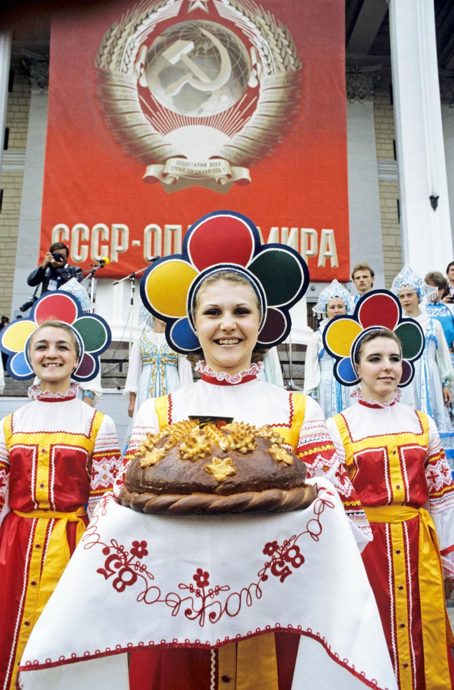 Otvoritev kluba delegacije ZSSR na XII Svetovnem festivalu mladine in študentov, 1985. Na izvezenem prtičku goste pozdravljajo s kruhom in soljo.