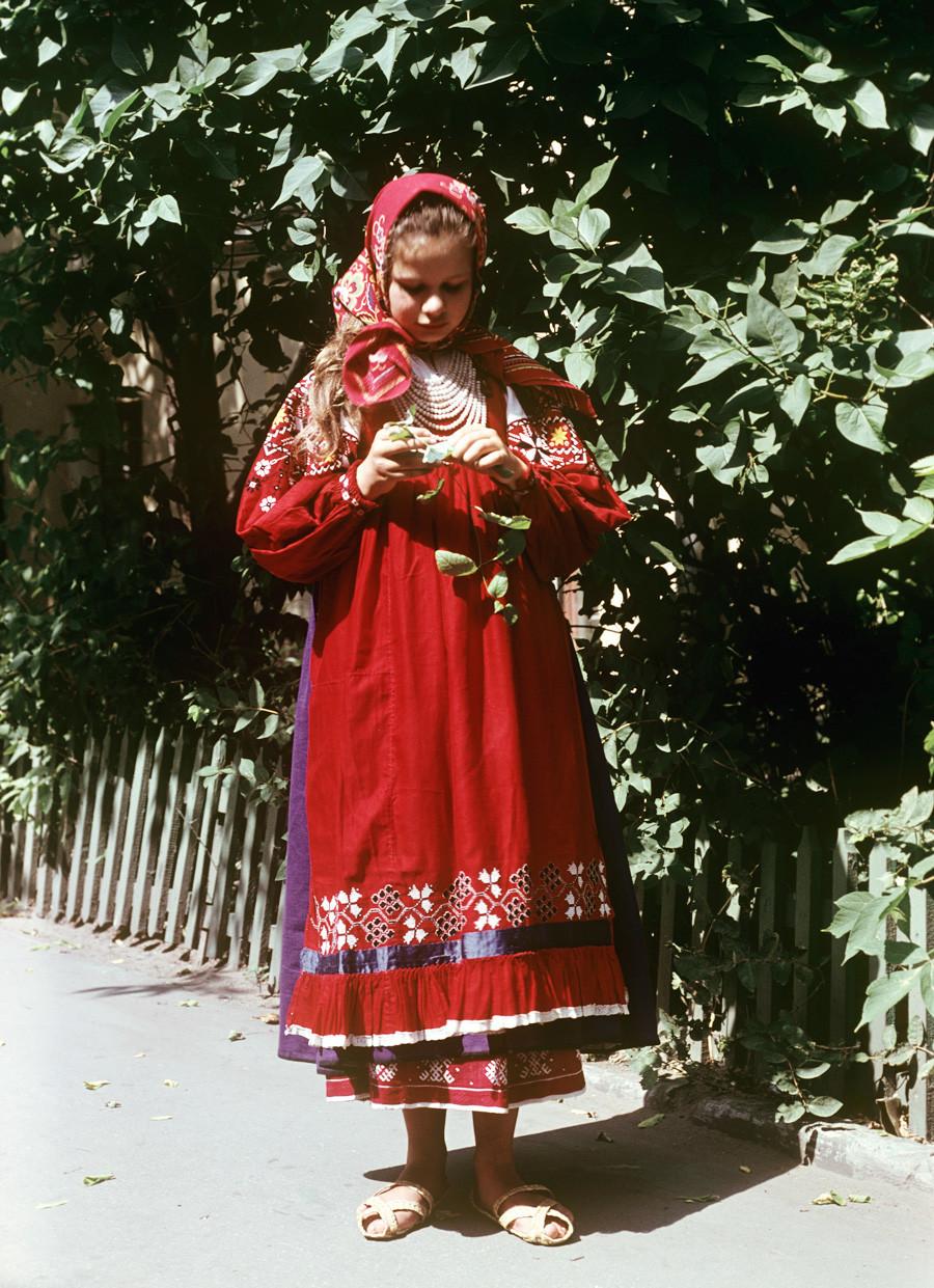 Tako je izgledala ruska narodna noša, ki so jo v mestu Rjazan nosila dekleta v 19. stoletju.