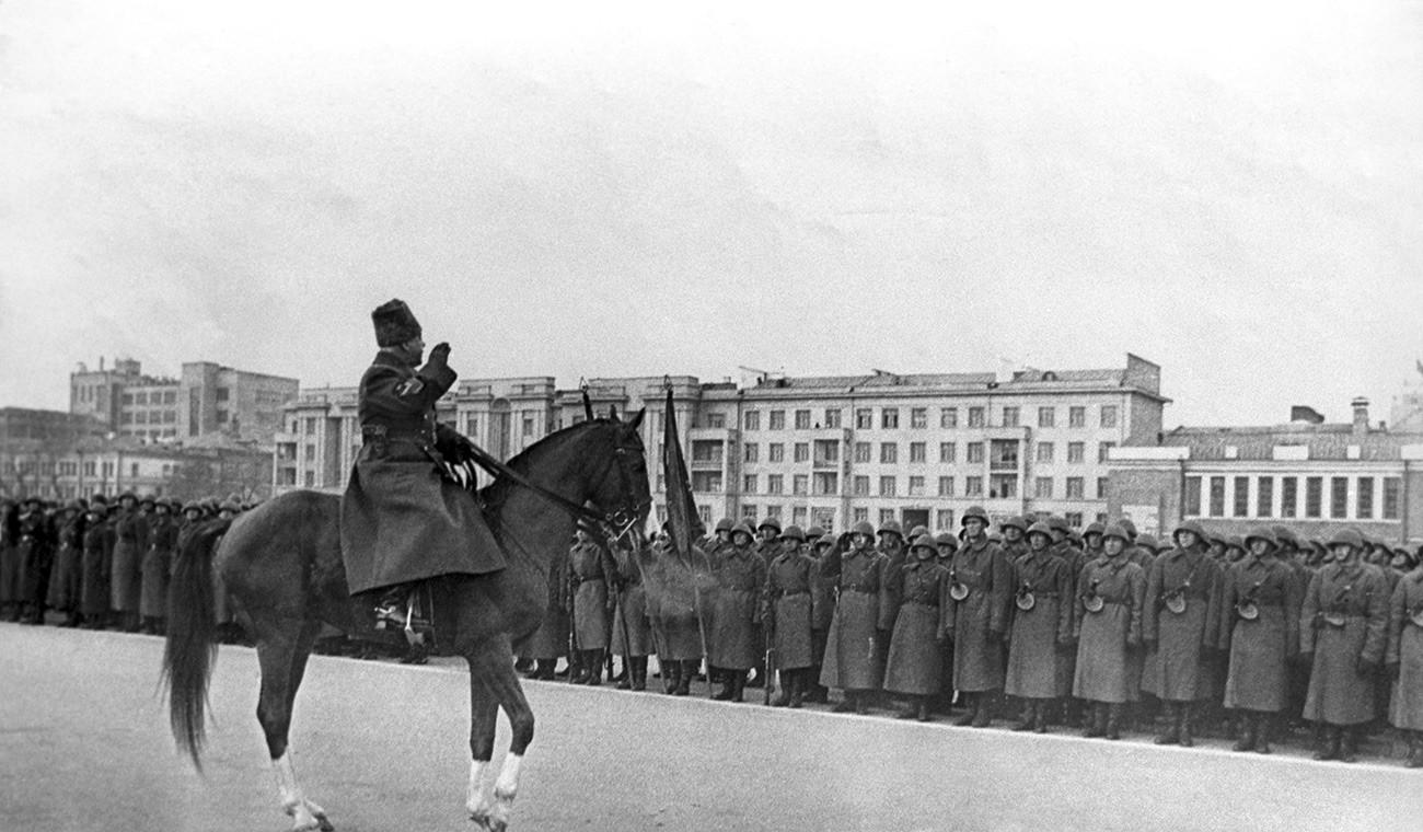 クリメント・ヴォロシーロフ元帥はクイビシェフで行進を行う