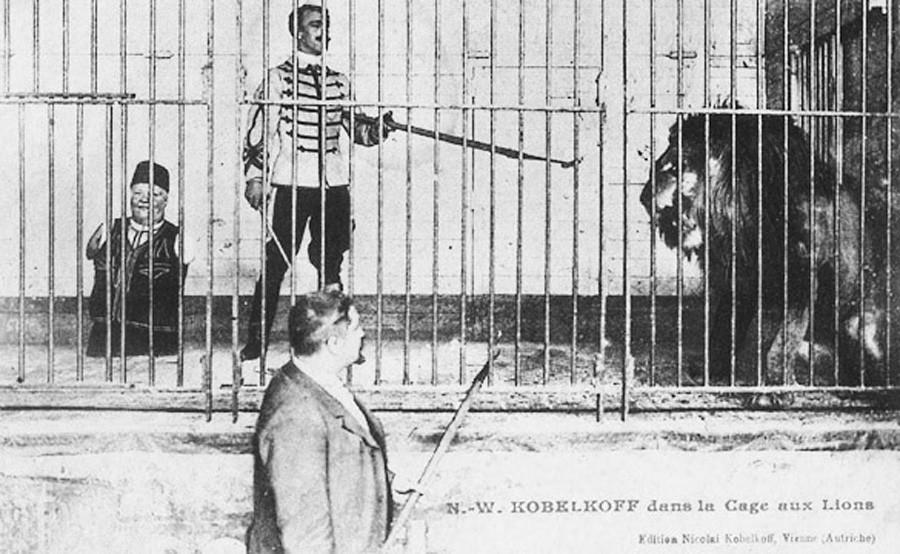 Nikolaj Kobelkov con suo figlio durante un momento dello spettacolo nella gabbia del leone