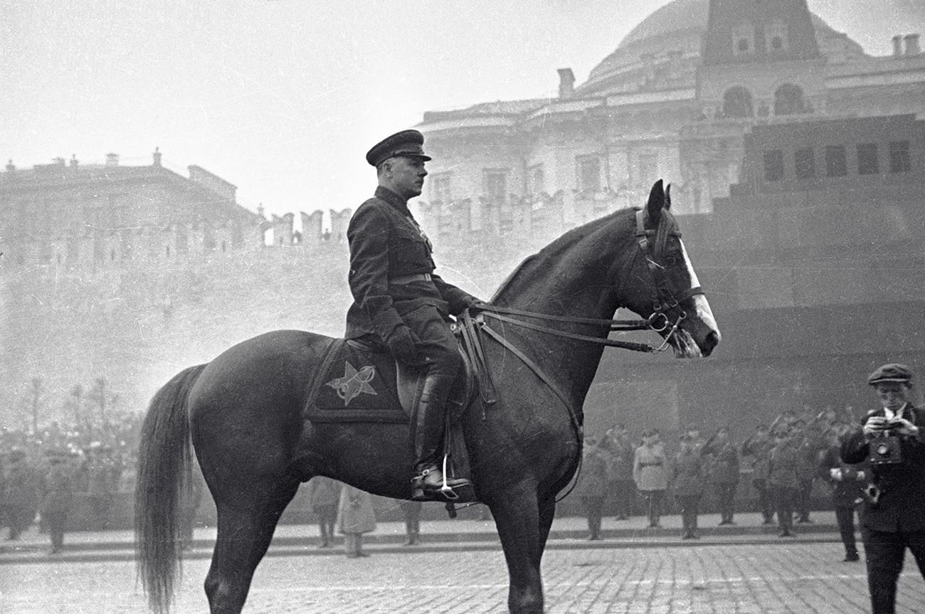 Der sowjetische Volkskomissar für Verteidigung Kliment Woroschilow während der Siegesparade auf dem Roten Platz
