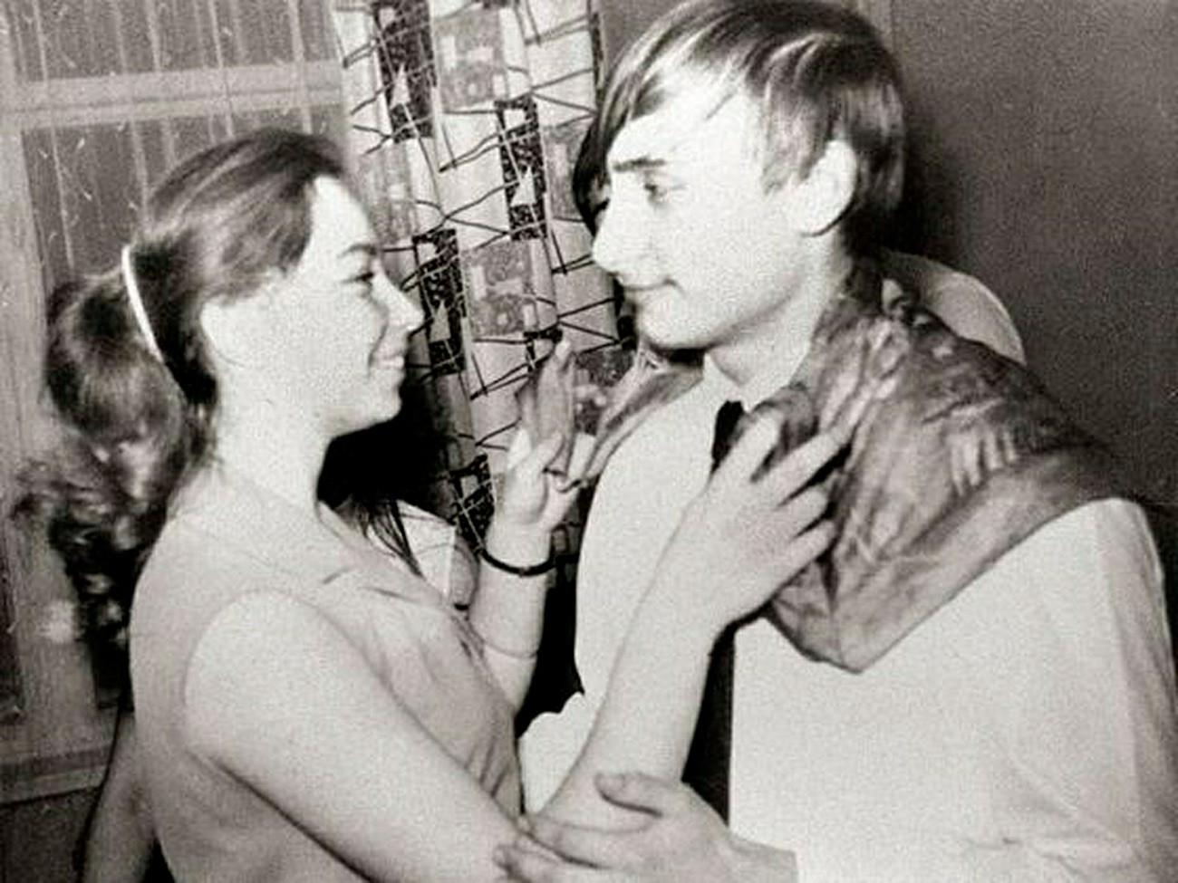 Un giovanissimo Vladimir Putin balla con la compagna di classe Elena durante una festa a Leningrado, anni Settanta