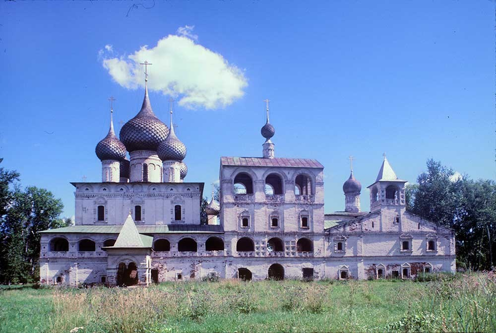 Il monastero di Uglich, lato occidentale. Da sinistra: la Cattedrale della Resurrezione, il campanile con la chiesa di Santa Maria d'Egitto, il refettorio e la chiesa di Smolensk con l'Icona della Vergine. 30 luglio 1997