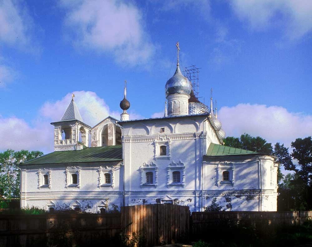 Monastero della Resurrezione. Chiesa dell'Icona della Vergine di Smolensk e refettorio con Torre dell'orologio, vista sud. 16 luglio 2007