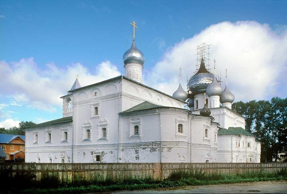 Monastero della Resurrezione. Refettorio e chiesa dell'Icona della Vergine di Smolensk, vista sud-est. Sullo sfondo: Cattedrale della Resurrezione. 16 luglio 2007