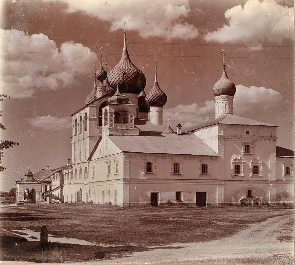Monastero della Resurrezione. Refettorio e chiesa dell'Icona della Vergine di Smolensk, vista sud-ovest. Fotografia: Sergej Prokudin-Gorskij. Estate 1910