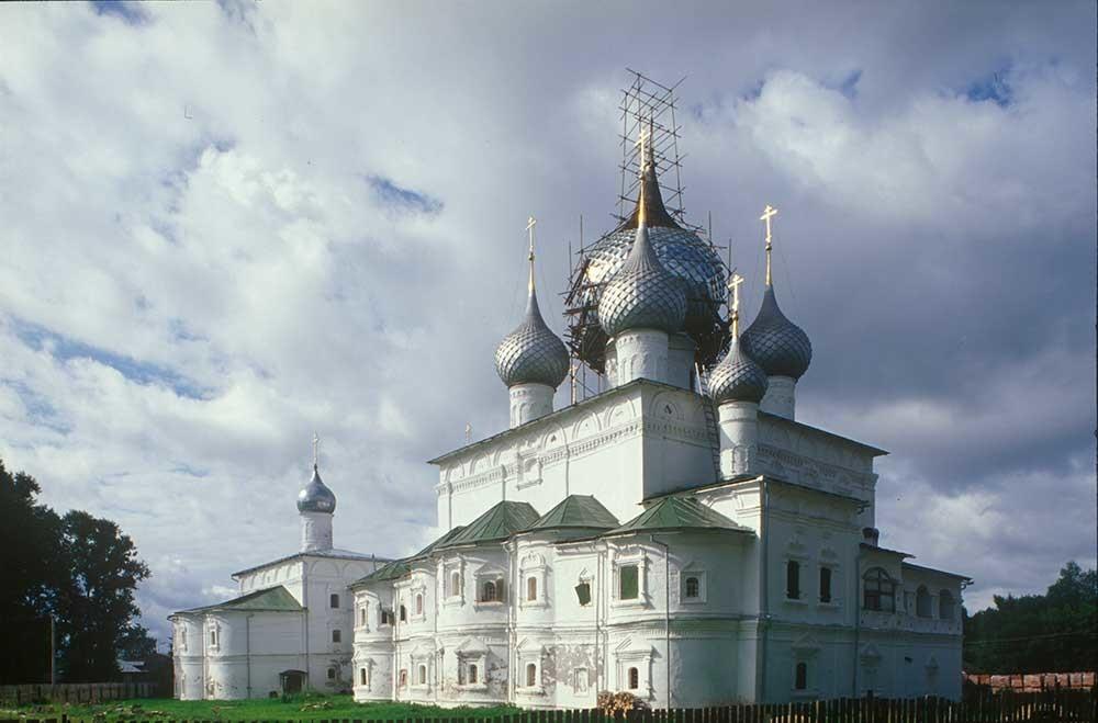 Monastero della Resurrezione. Cattedrale della Resurrezione con annessa Cappella dell'Arcangelo Michele, vista nord-est. Sullo sfondo: Chiesa dell'Icona della Vergine di Smolensk. 16 luglio 2007