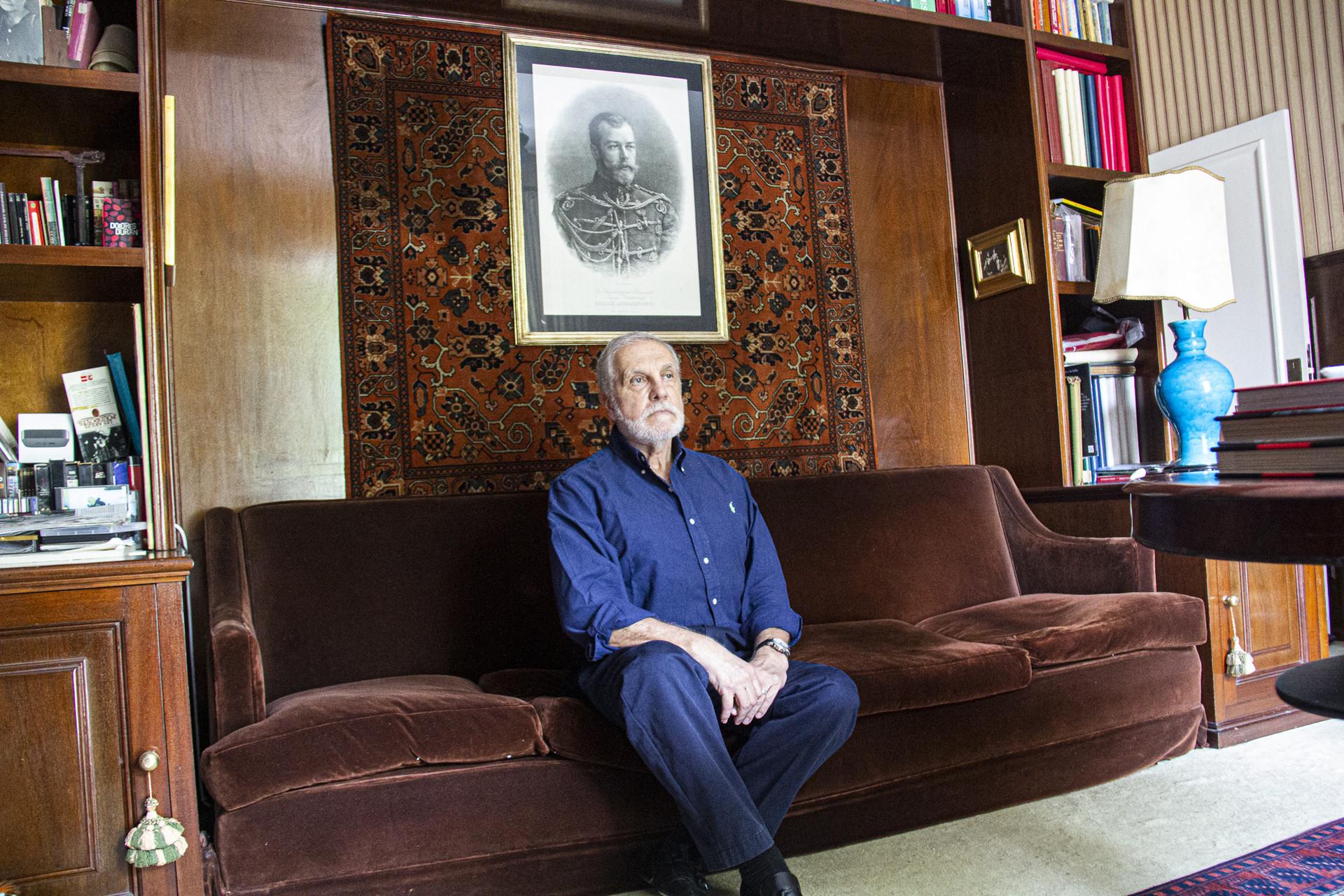 Saul sob um quadro do tsar Nikolai 2° em sua biblioteca.
