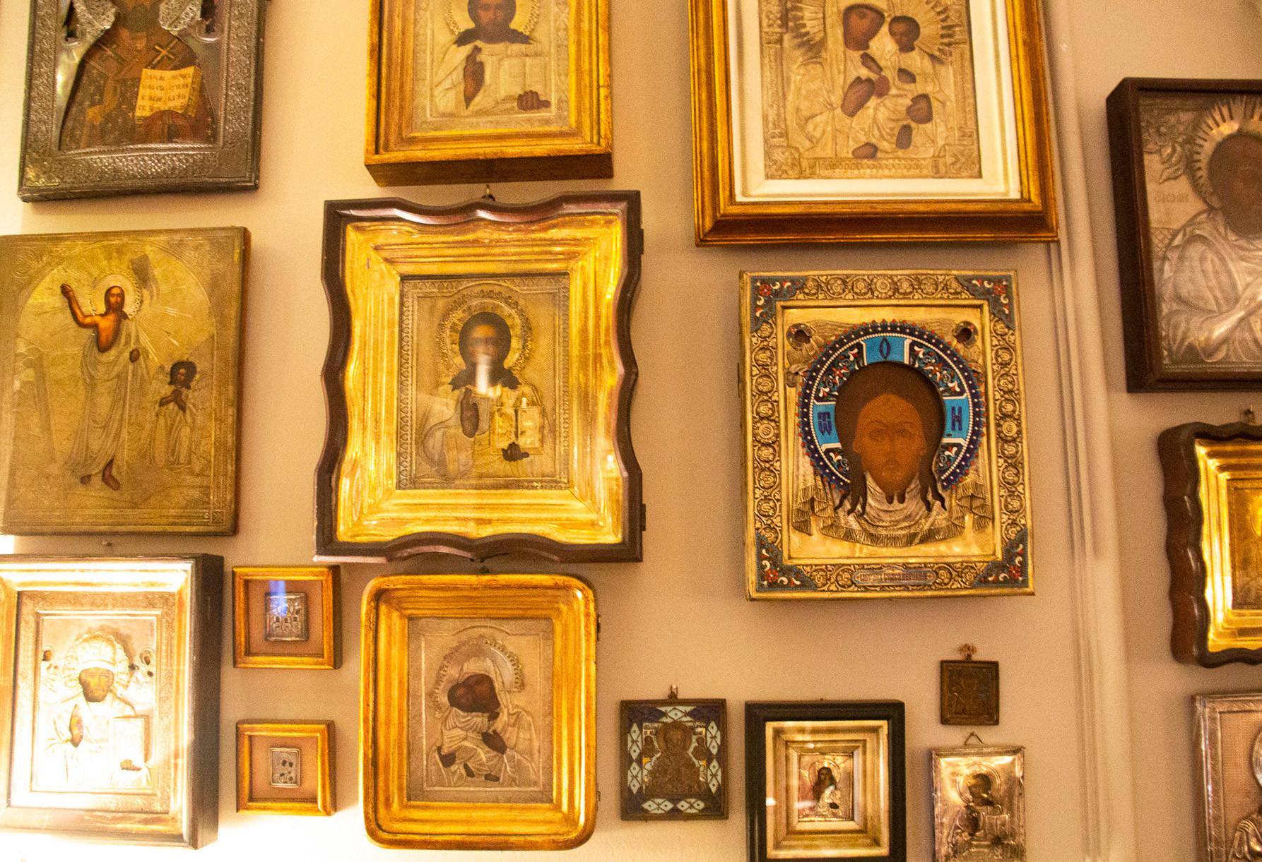 Ícones religiosos russos. O segundo do centro (esq. para dir.)  foi presenteado por uma russa membra dos
