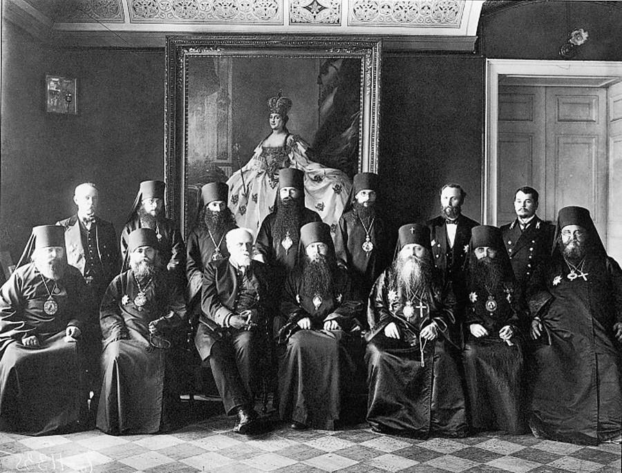 Группа членов Святейшего Синода. Участники Чрезвычайного собрания Святейшего Синода. 26 июля 1911 года в главном зале митрополичьего дома Александро-Невской лавры.