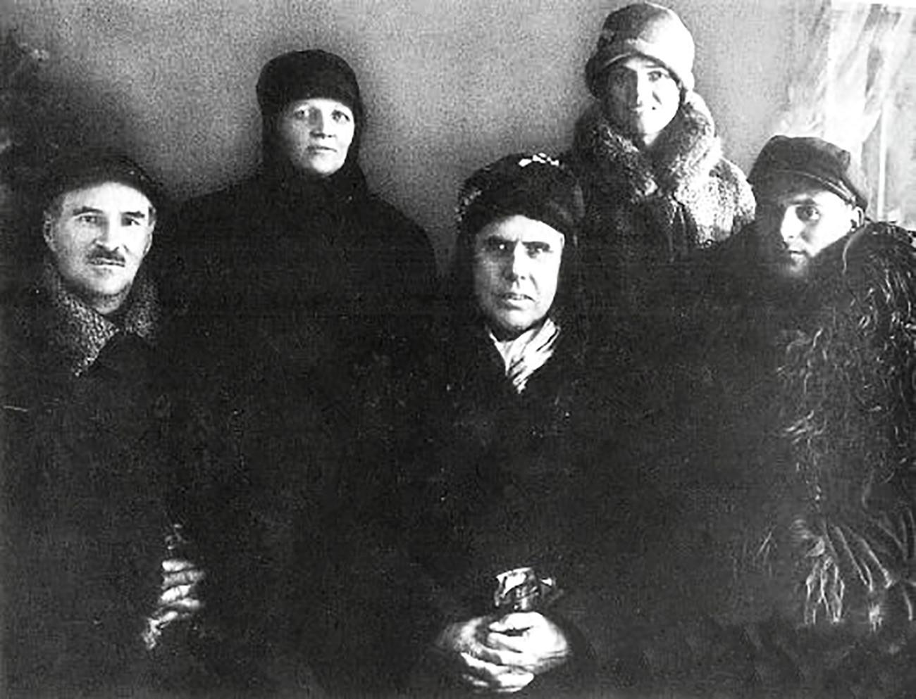 Теодор Драйзер (по середине) и его спутники, 19 декабря 1927 года