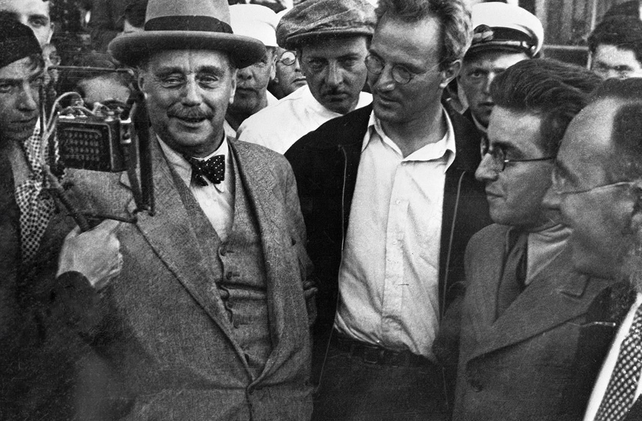 Герберт Уэллс выступает перед встречающими в аэропорту во время пребывания в Советском Союзе