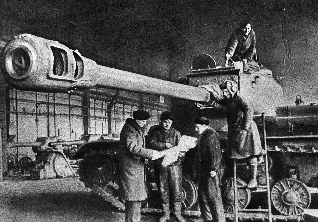 Советскиот тежок тенк ИС подготвен за испраќање на фронт