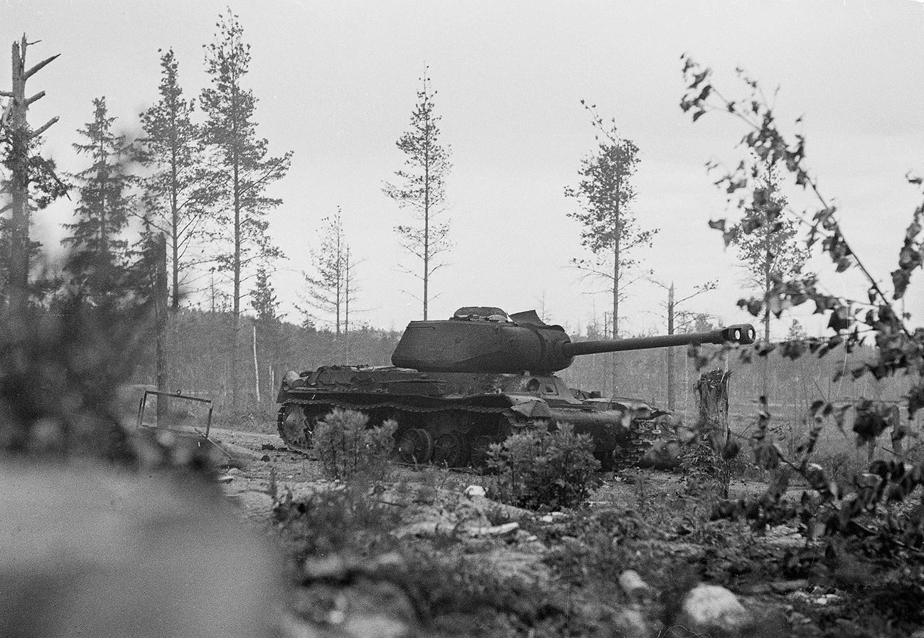 Онеспособен тенк ИС-2 на Црвената армија кај Карелската превлака