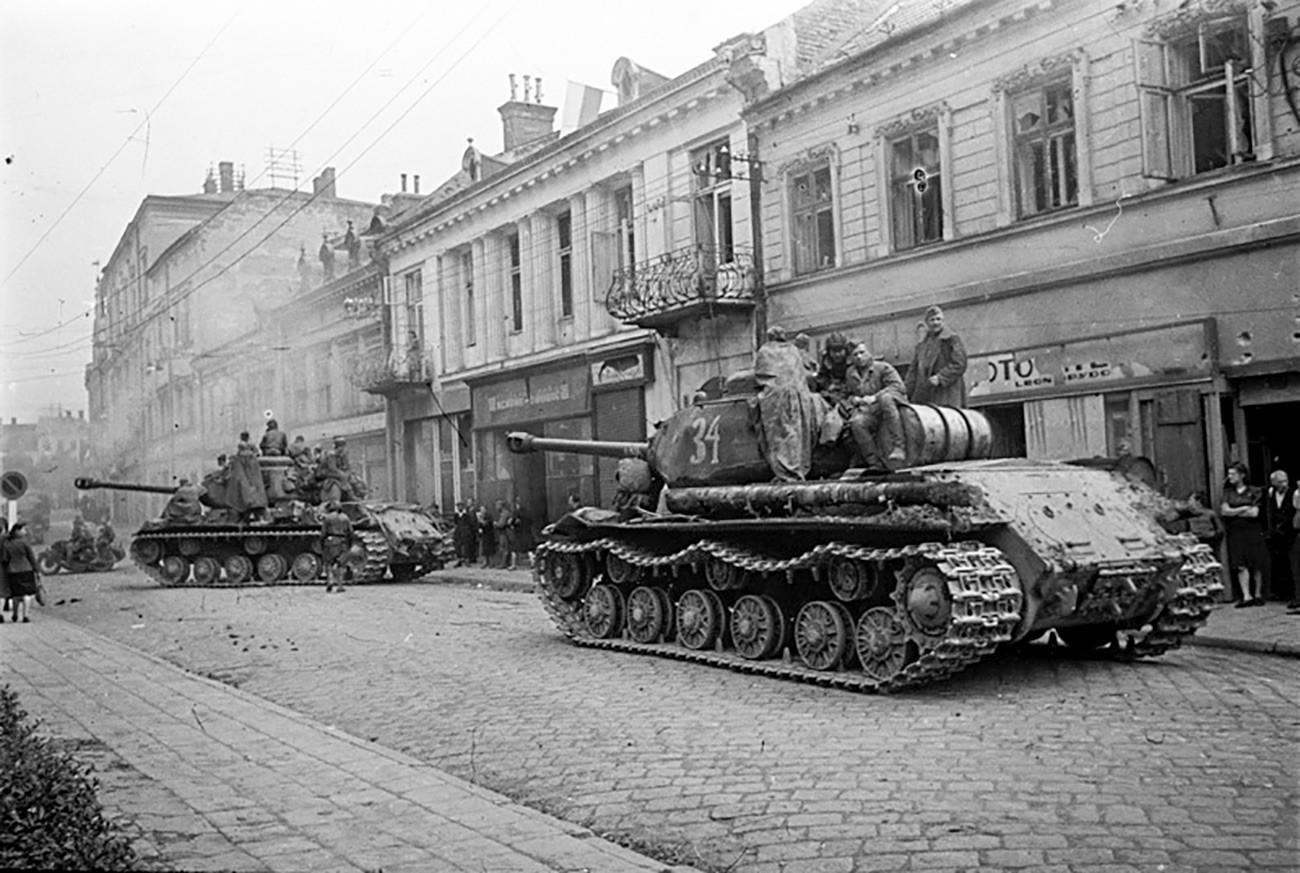 Советски војници влегуваат во полскиот град Жешов