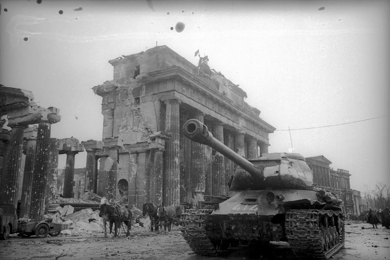 Советски тенкови пред Бранденбуршката порта