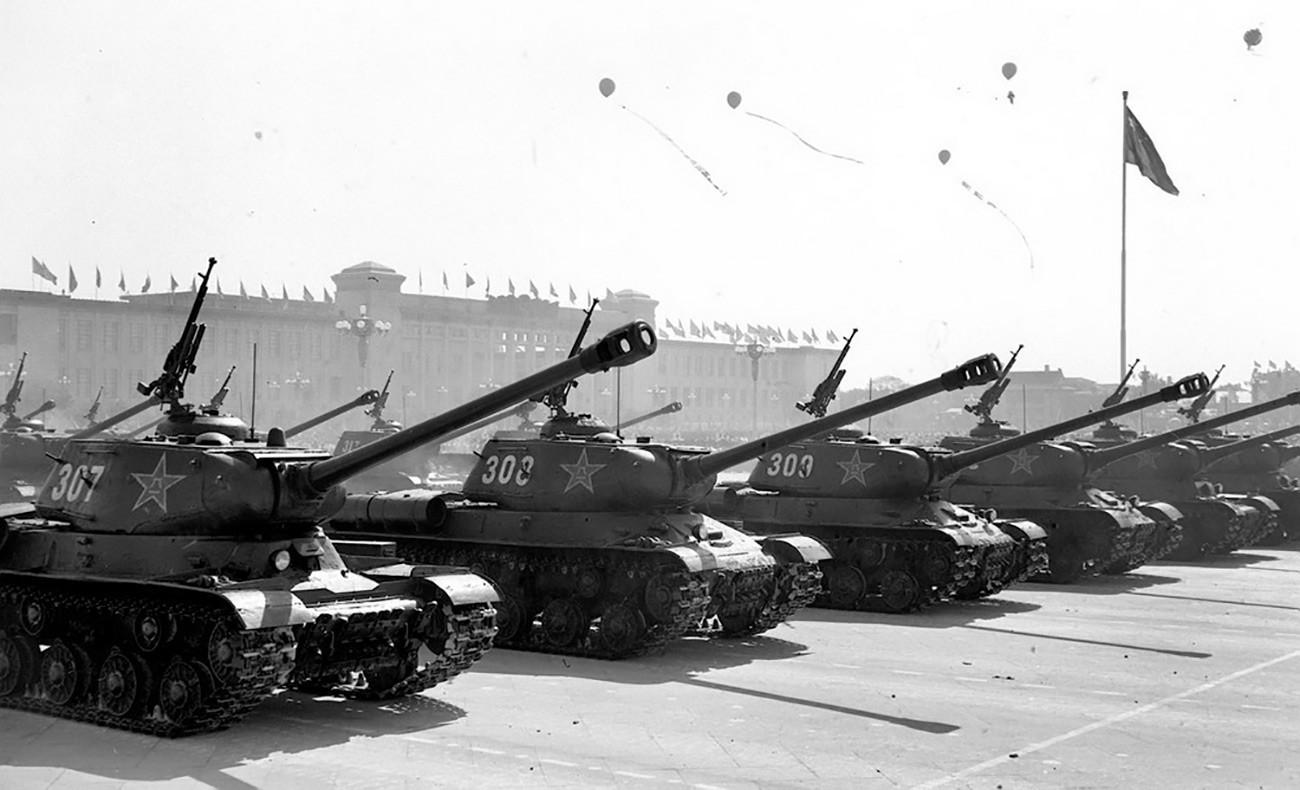 Советски тенкови ИС-2 на воена парада во Кина