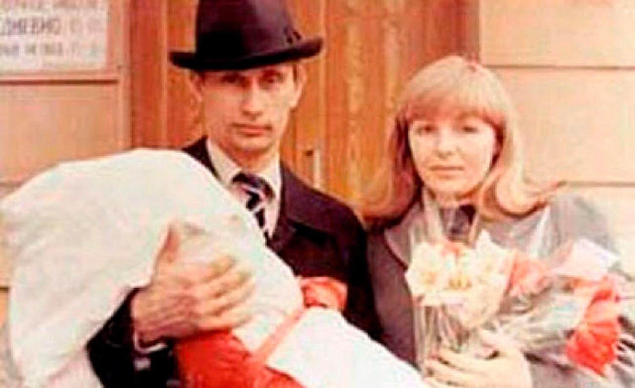 若いウラジーミル・プーチンと妻リュドミラと娘