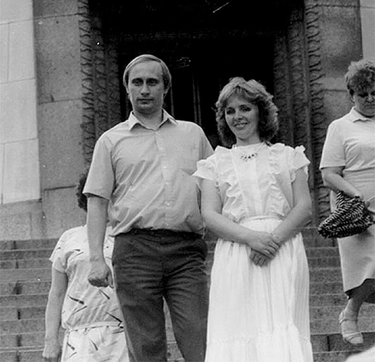 若いウラジーミル・プーチンと妻リュドミラ