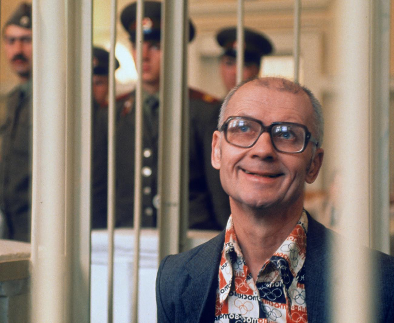 Andrei Tschikatilo. Von 1982 bis 1990 ermordete und vergewaltigte er brutal über 50 Kinder und junge Frauen. Er wurde 1994 nach einem zweijährigen Prozess hingerichtet.