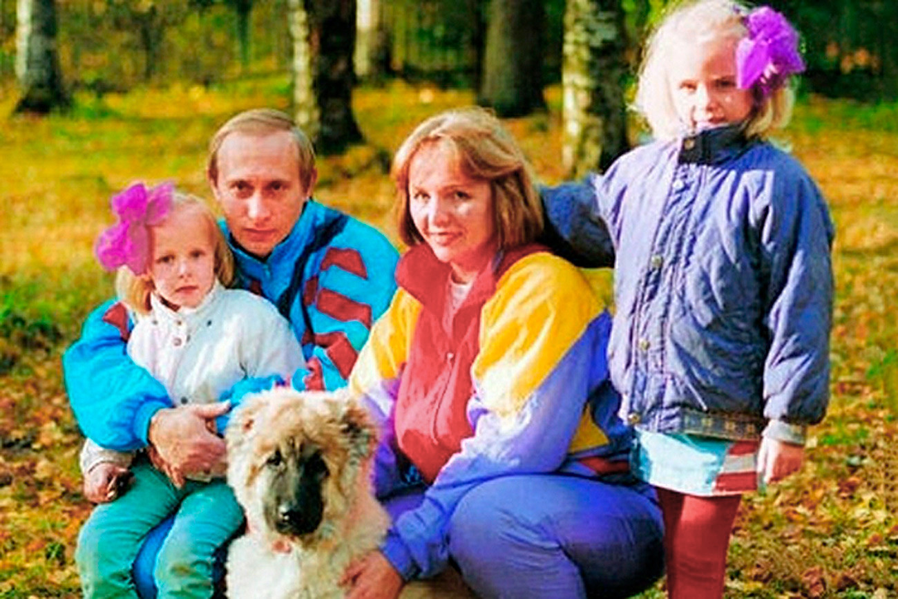 Пред да дојде на власт Путин бил весел, вљубен маж кој се облекувал модерно. Околу 1990 година младиот Владимир Путин со сопругата Људмила и со ќерките.