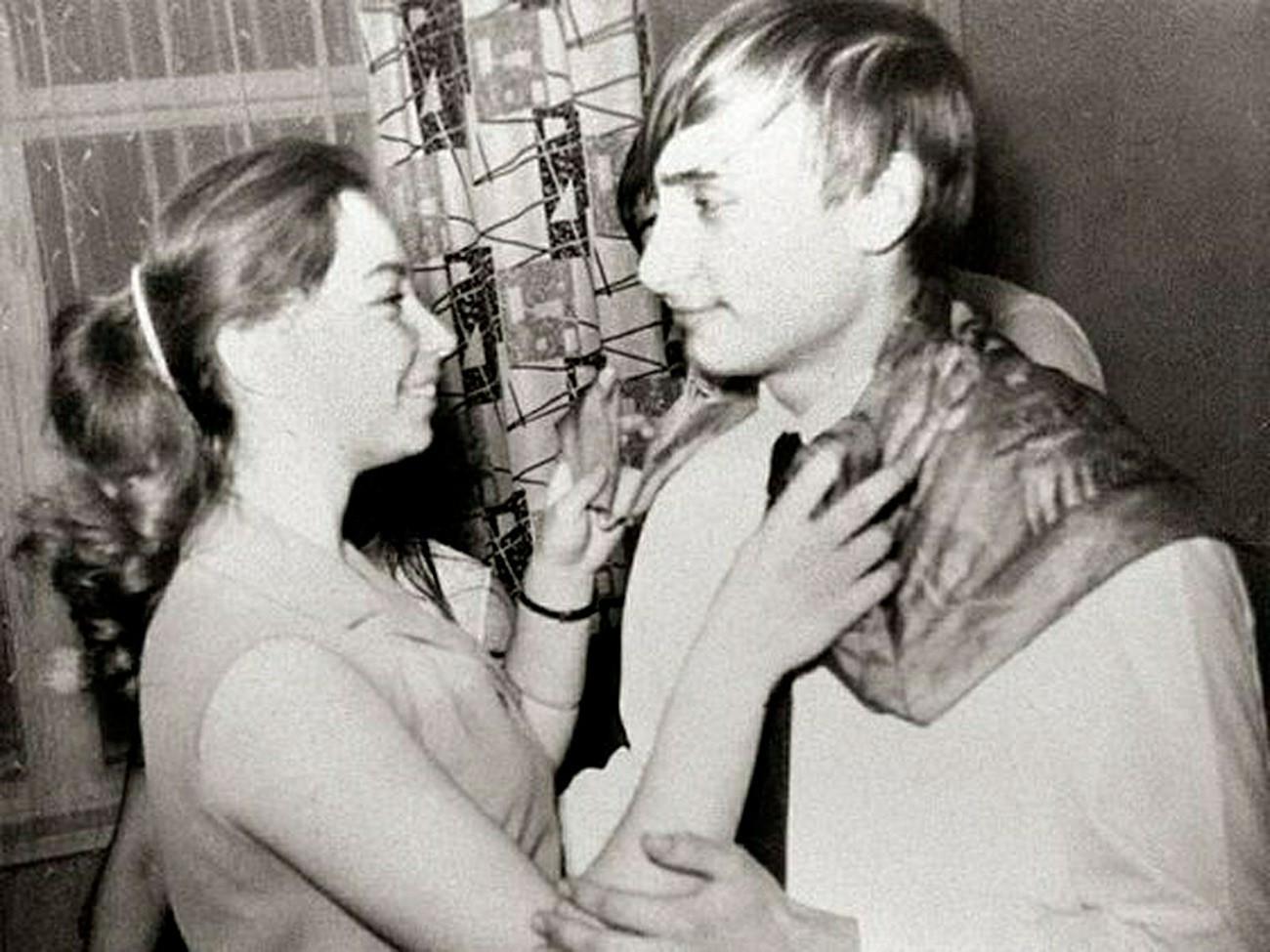Пред да дојде на власт Путин бил весел, вљубен маж кој се облекувал модерно. 1970 година во Санкт Петербург.