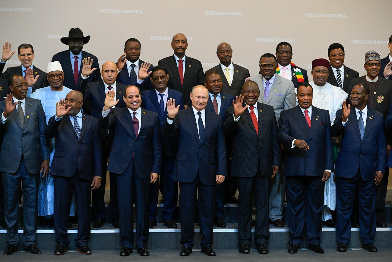 Presiden Rusia Vladimir Putin (tengah) bersama para peserta KTT Rusia-Afrika di Sochi, Oktober 2019.