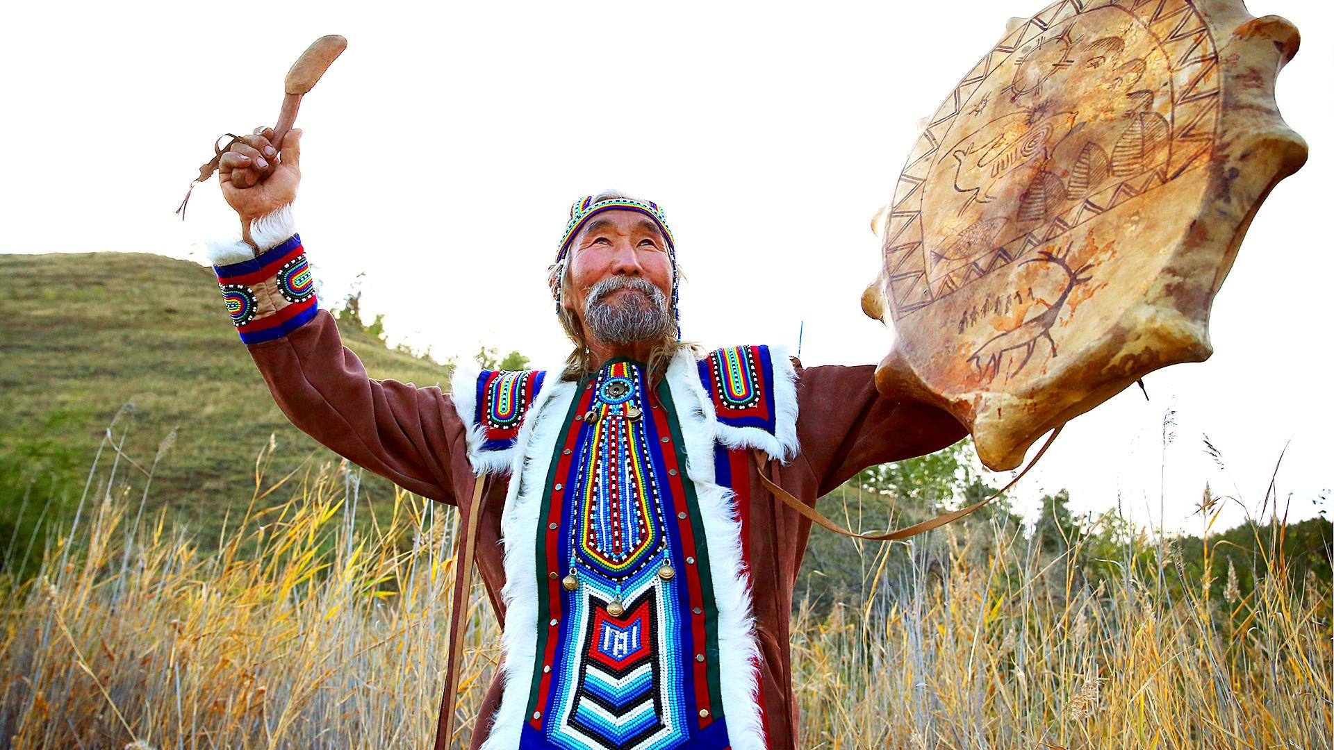 Vasilij Atlasov con il costume nazionale della Jakuzia e un tamburo da sciamano