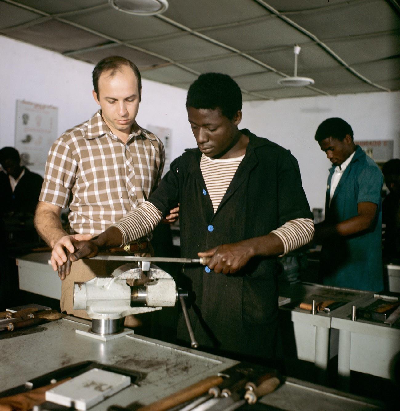 Sovjetski ključavničar uči afriškega študenta
