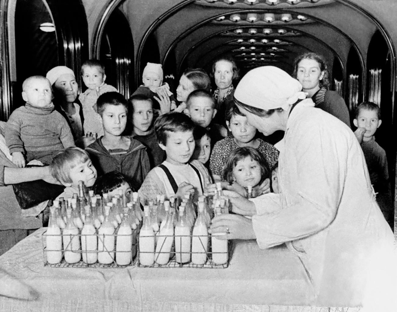 子どもたちは牛乳を与えられた。マヤコフスカヤ駅。